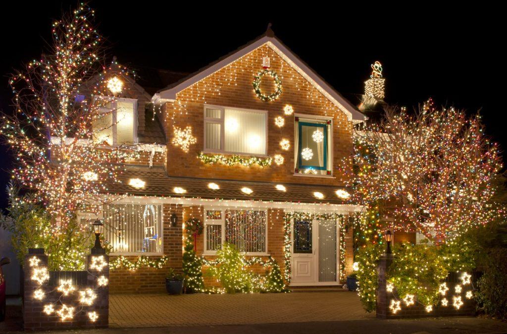 Украшение дома к новому году наружное