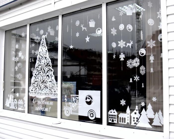 новогодние украшения на витрине магазина